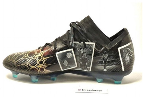 Chiếc giày chân phải với những hình ảnh Messi trong màu áo Barca.