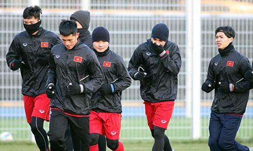 Công Phượng và đồng đội tập thả lỏng sau trận đấu U23 Hàn Quốc. Ảnh: Anh Khoa.