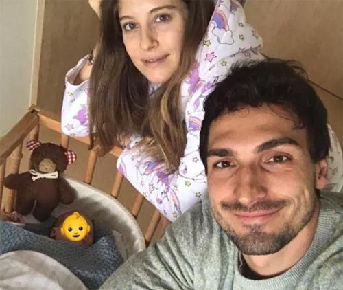 Gia đình Hummels chào đón thiên thần bé nhỏ đầu tiên.