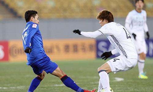 Thái Lan (áo xanh) không tạo được cơ hội nào nguy hiểm về khung thành Nhật Bản. Ảnh: AFC.