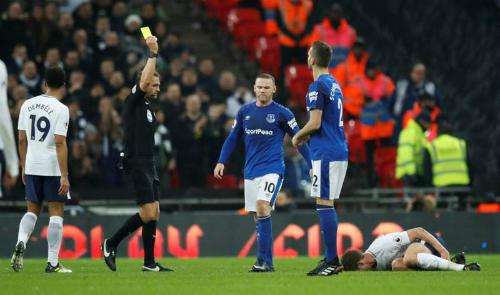 Rooney nhận thẻ vàng trong thất bại của Everton. Ảnh: Reuters.