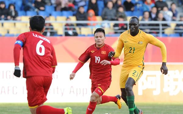 Quang Hải nhỏ bé trước những hậu vệ Australia nhưng luôn khiến đối thủ gặp khó khi cầm bóng. Ảnh: AFC.com.