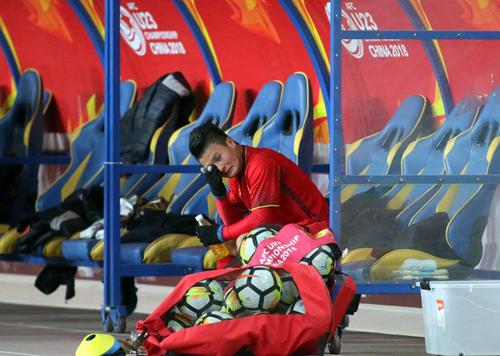 Quang Hải ngồi khóc khi kết thúc trận đấu với Australia. Ảnh: Anh Khoa