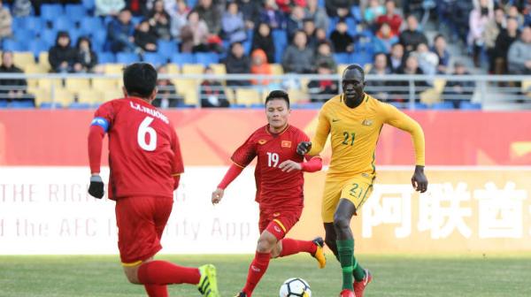 Quang Hải nhỏ bé trước những hậu vệ Australia nhưng luôn khiến đối thủ gặp khó khi cầm bóng. Ảnh:AFC.