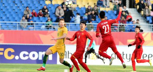 HLV Lê Thụy Hải cho rằng hàng thủ Việt Nam vẫn phá bóng là chính. Ảnh: AFC.