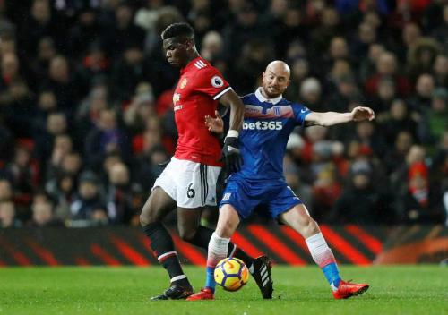 Pogba có trận đấu tung hoành ở tuyến giữa khi vừa làm nhiệm vụ cầm bóng và kiến tạo. Ảnh:Reuters.