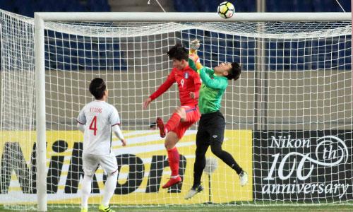 Thủ môn Tiến Dũng trong một pha tranh chấp bóng bổng với tiền đạo U23 Hàn Quốc. Qua ba trận vòng bảng, Tiến Dũng mới chỉ để thủng lưới hai bàn. Ảnh: Anh Khoa.