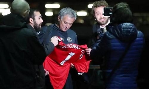 Mourinho bị lừa ký vào áo có tên Conte - Thể Thao