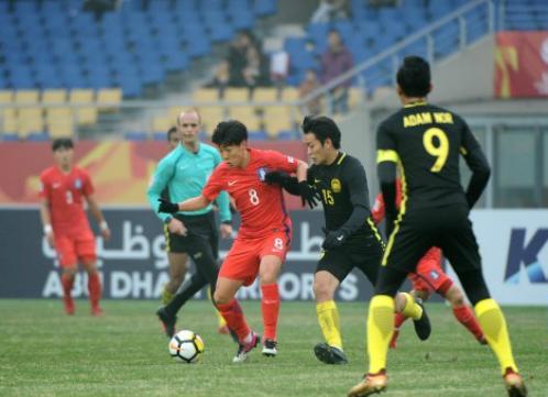 Hàn Quốc (áo đỏ) gặp khó khăn trước lối chơi phòng ngự của Malaysia. Ảnh: KFA.