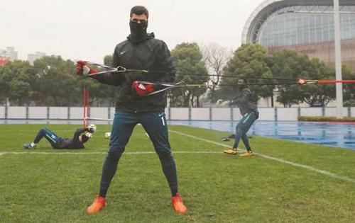 Cầu thủ Qatar tập trong thời tiết lạnh giá ở Thường Châu. Ảnh: Gulf Times.
