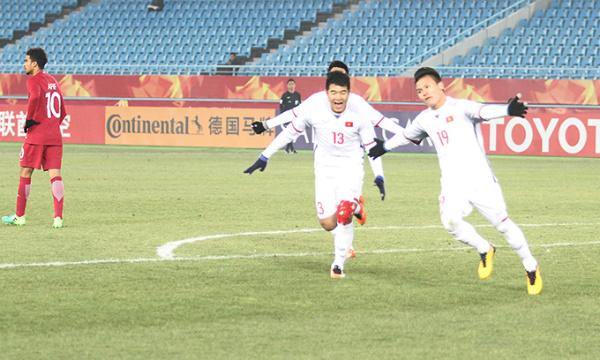 Quang Hải bay lượn trên sân Thường Châu sau khi ghi bàn gỡ hòa 2-2 cho đội nhà. Ảnh: Thường Nhật.
