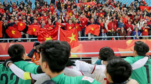 Cầu thủ Việt Nam chia vui với người hâm mộ sau khi đánh bại Qatar tại bán kết.
