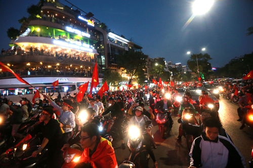 Biển người đổ ra đường ăn mừng chiến thắng của U23 Việt Nam. Ảnh: Ngọc Dung