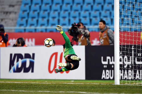 Thủ thành Bùi Tiến Dũng đẩy hai trong năm quả penalty ở loạt sút luân lưu trận bán kết. Ảnh: AFC.