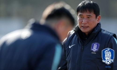 Áp lực cho HLVKim Bong-Gil càng gia tăng khi ông bị so sánh với đồng nghiệp Park Hang-seo. Ảnh: Naver Sports.