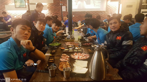 Các cầu thủ dùng bữa tối 24/1.