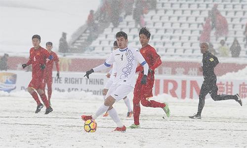Tuyết rơi dày trong trận chung kết trên sân Thường Châu. Ảnh: Thường Nhật.