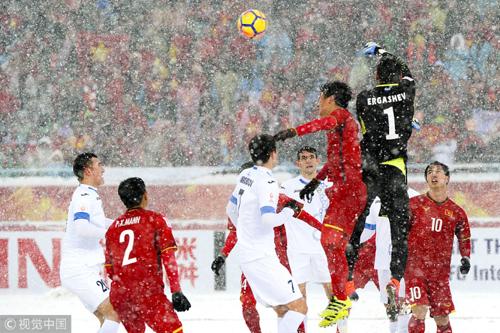 Nhiều chuyên gia thể thao Trung Quốc cho rằng Việt Nam bất lợi so với Uzbekistan vì thời tiết.