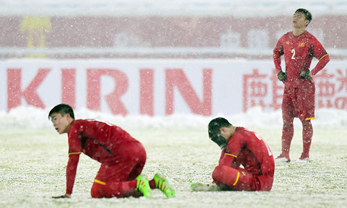 Các cầu thủ U23 Việt Nam tiếc nuối sau trận thua ở chung kết.