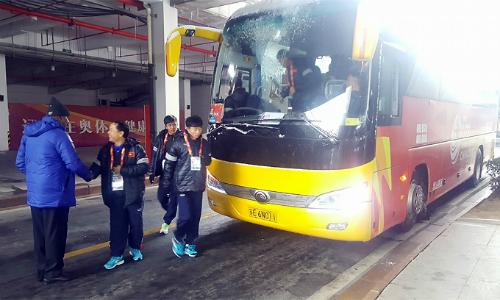 U23 Việt Nam xuống xe bus, vào phòng thay đồ chờ đến giờ thi đấu. Ảnh: Thường Nhật.