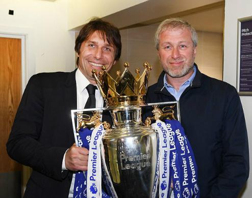 Conte và ông chủ Abramovich trong khoảnh khắc vô địch Ngoại hạng Anh. Ảnh: AFP.