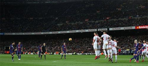 Messi sút phạt trực tiếp thành công ở phút 84. Ảnh: Reuters