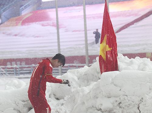 Duy Mạnh cắm cờ và cúi đầu chào trên sân vận động Thường Châu. Ảnh: Linh AFC