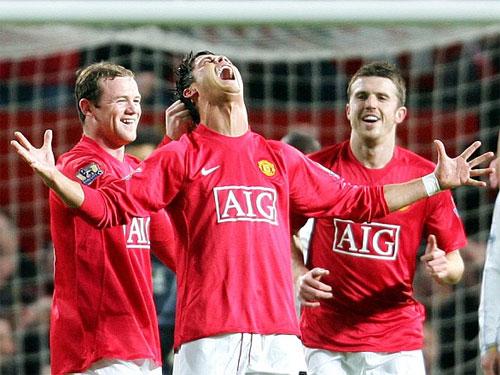 Ronaldo chia vui sau cú sút phạt vào lưới Portsmouth. Ảnh: Reuters