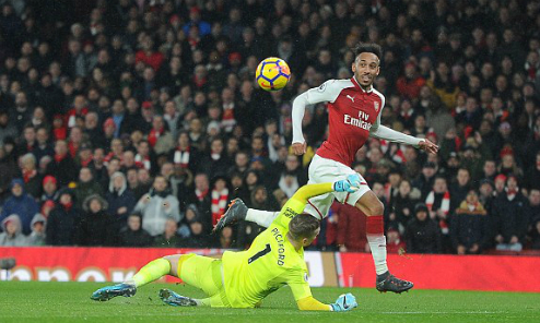Aubameyang ghi bàn ở trận ra mắt Arsenal. Ảnh: DM.