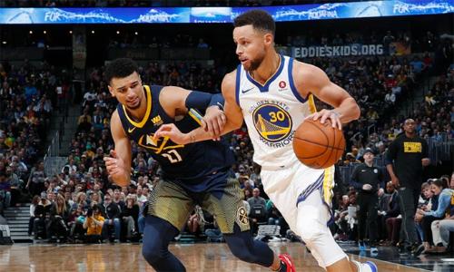 Giống 1 vài đồng đội, Stephen Curry thi đấu uể oải ở trận gặp Nuggets sáng nay. Ảnh: Denver Post.