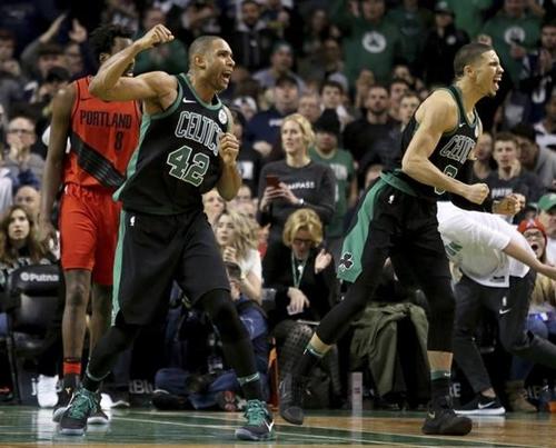 Al Horford (số 42) phấn khích sau khi ghi các điểm chọn lọc cho Celtics. Ảnh: Oregon.