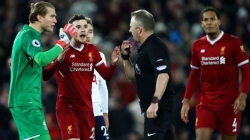 Cầu thủ Liverpool phản ứng trọng tài. Ảnh: Reuters.