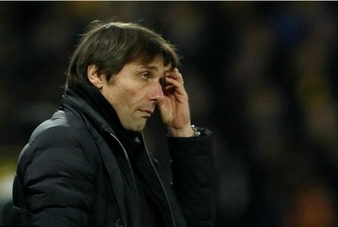 Conte thẫn thờ nhìn đội bóng của mình bị xé nát trong những phút cuối. Ảnh:Reuters.