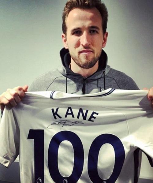 Kane được trao chiếc áo đặc biệt nhân bàn thứ 100 ở Ngoại hạng Anh.