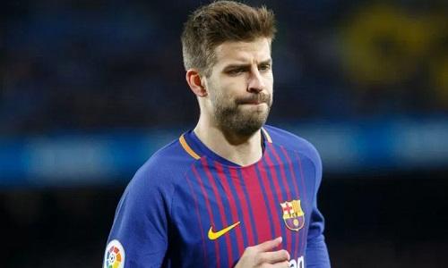 Chấn thương của Pique khiến Barca lâm vào cảnh thiếu trung vệ cho cuộc so tài có Chelsea. Ảnh: Reuters.