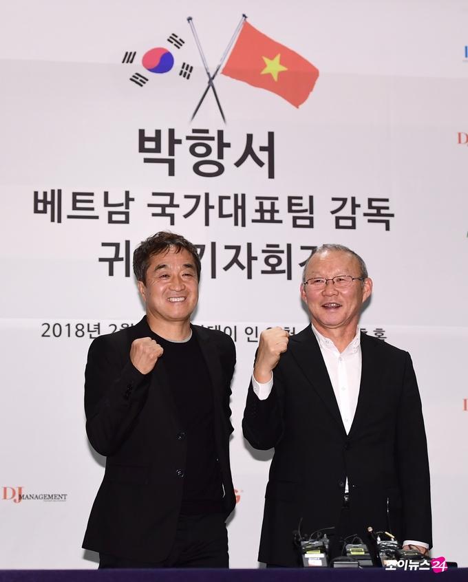 HLV Park Hang-seo rạng rỡ trước truyền thông Hàn Quốc