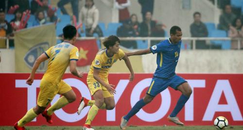 Sơ đồ 4-2-3-1 của Thanh Hoá (vàng) hoạt động khá hiệu quả. Ảnh: AFC.
