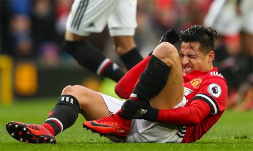 Cách Alexis Sanchez bị hậu vệ đối phương chơi thô bạo khiến Mourinho bức xúc, và phải nhắc nhở các trọng tài. Ảnh: AFP.