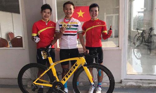 Nguyễn Thị Thật (giữa) khoe HC vàng châu Á bên cạnh hai đồng đội Phan Thị Liễu và Nguyễn Thị Thi.