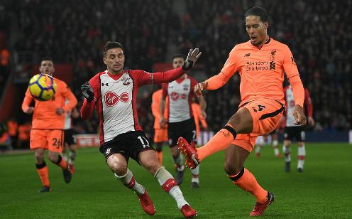 Van Dijk trở lại đối đầu Southampton sau khi chuyển tới Liverpool với giá 100 triệu đôla. Ảnh:AFP.