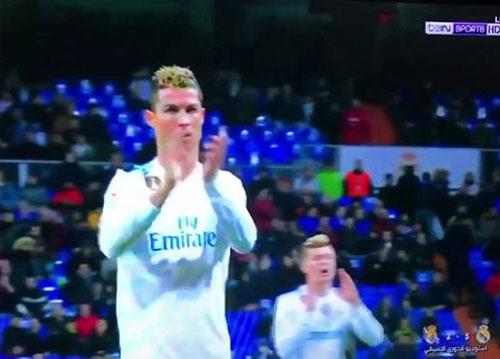 Ronaldo vỗ tay mỉa mai khán giả có mặt trên sân Bernabeu.