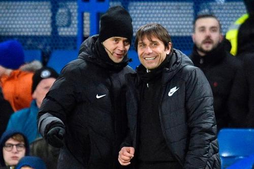 Conte (phải) bên cạnh trọng tài thứ tư trận gặp West Brom tối 12/2. Ảnh: Reuters.