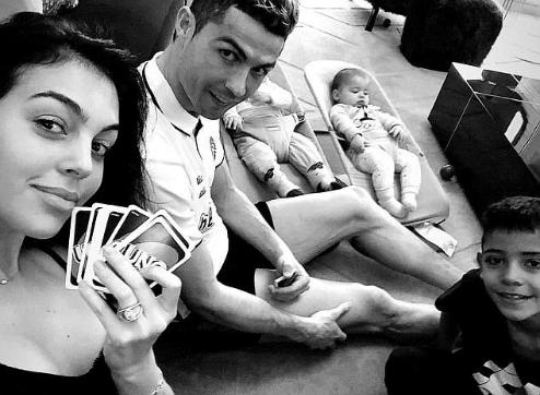 Ronaldo thư giãn bên bạn gái và các con.