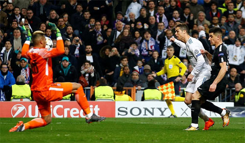 Areola cản được cú sút trong thế đối mặt của Ronaldo.