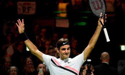 Federer vẫy chào khán giả trong sung sướng sau trận thắngHaase. Ảnh: AFP.