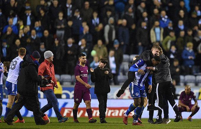 Aguero bị CĐV Wigan đánh sau trận thua sốc