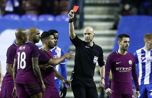 Nhưng cuối cùng quyết định rút thẻ đỏ với Delph. Ảnh: PA.
