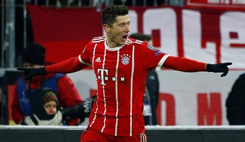Lewandowski cũng không chịu kém cạnh đồng đội. Ảnh: Reuters.