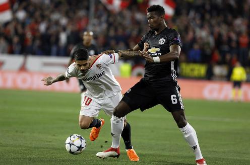 Pogba tranh bóng với Ever Banega bên phía Sevilla. Ảnh:AP.