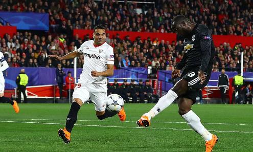 Pha dứt điểm của Lukaku ở đầu trận là lần hiếm hoi Man Utd tiếp cận được khung thành Sevilla, Ảnh:REX.